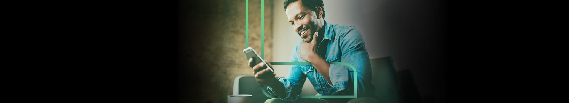 Homem sentado com celular na mão visualizando o app Estapar