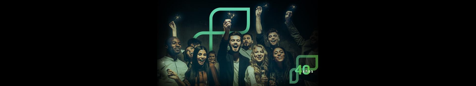 Imagem traz a imagem de um grupo de pessoas comemorando algo com taças nas mãos