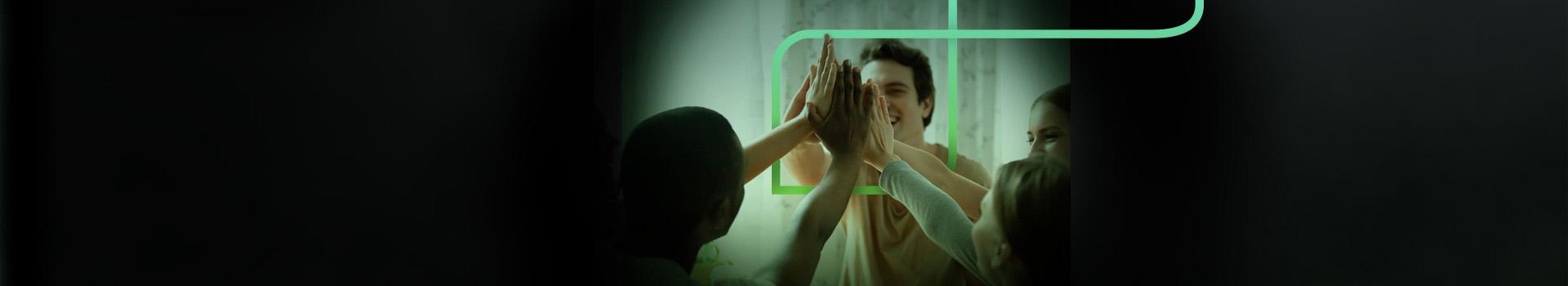 Na imagem 5 pessoas entre homens e mulheres juntas as mãos ao centro como se estivessem comemorando algo e o P da estapar envolvendo as mãos deles