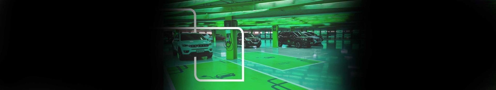 carros parados dentro do estacionamento com vagas para carros elétricos