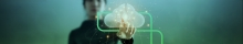 Moça ao fundo tocando em uma nuvem com o P da estapar envolvendo