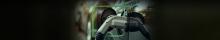 Carregador elétrico de veículo carregando um carro escuro